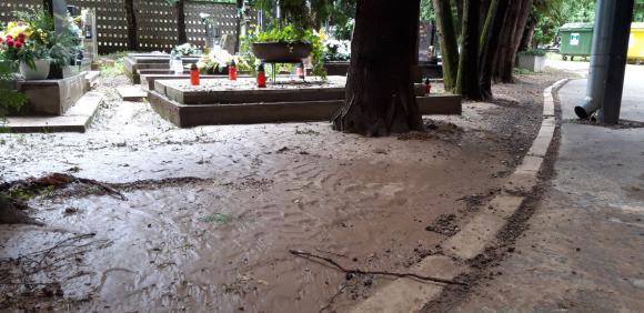 Dážď spôsobil opäť problémy na cintoríne, nie však v takej miere ako v júni